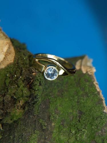 Geelgouden ring met blauwe topaas