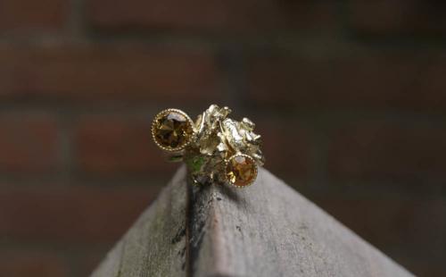 Gouden ring gegoten in water met citrien