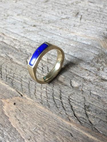 Herenring gesmolten tot damesring met nieuwe lapis lazuli steen