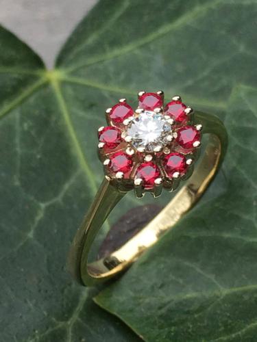 Gouden ring met diamant en robijnen