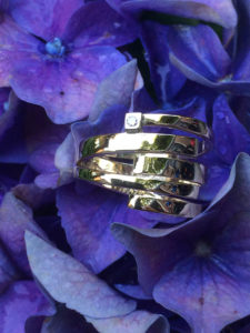 Gouden ringen als één ring gemaakt met diamant
