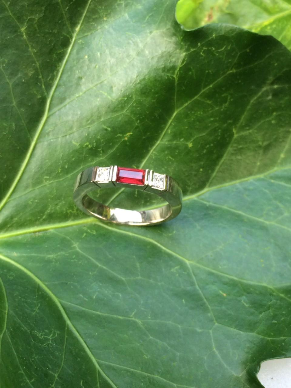 Witgoud ring met diamant en robijn